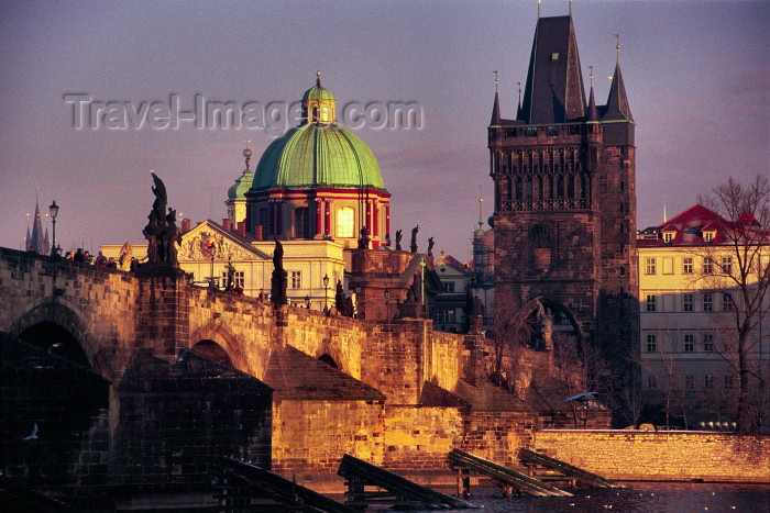czech204: Czech Republic - Prague: Charles bridge and Old town bridge tower - at dusk - Staromestska mostecka vez (photo by M.Gunselman) - (c) Travel-Images.com - Stock Photography agency - Image Bank