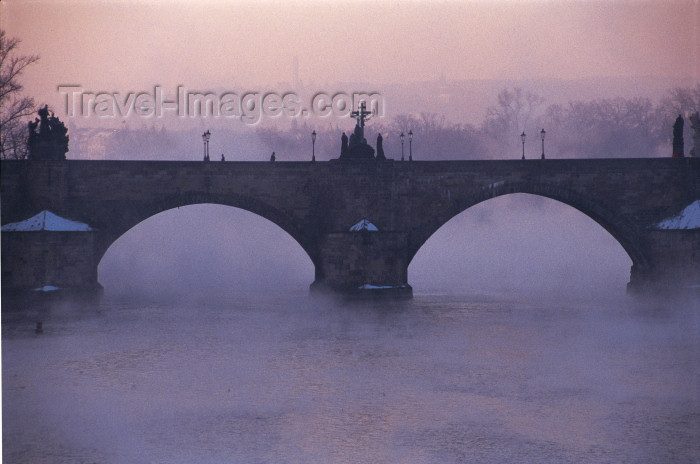 czech206: Czech Republic - Prague: Charles bridge in the mist - at dawn (photo by M.Gunselman) - (c) Travel-Images.com - Stock Photography agency - Image Bank