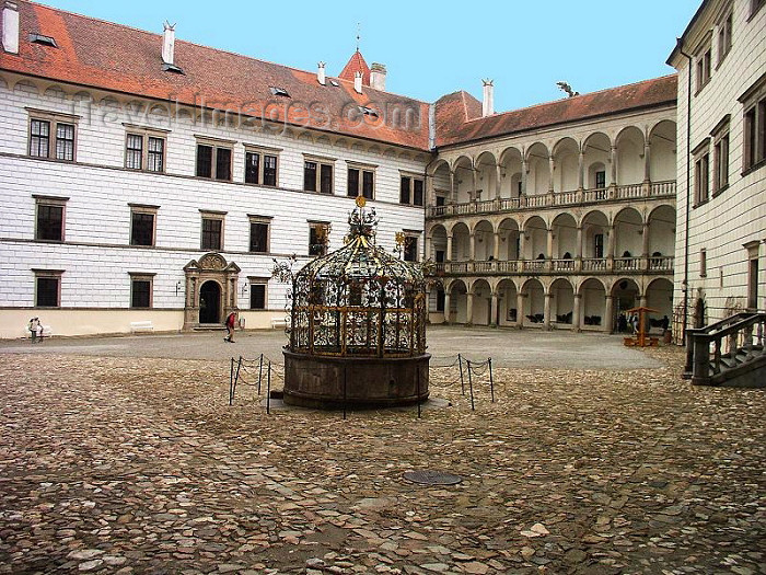 czech220: Czech Republic - Jindrichùv Hradec  (Southern Bohemia - Jihoceský - Budejovický kraj): the castle - court with decorated well - photo by J.Kaman - (c) Travel-Images.com - Stock Photography agency - Image Bank