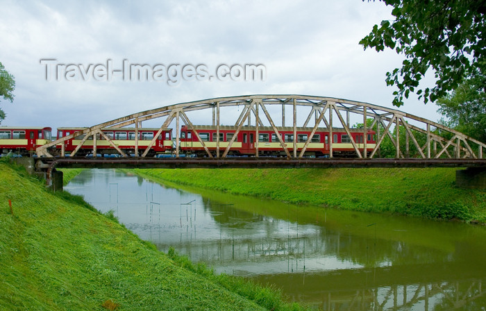 czech368: Czech Republic - Kromeriz / Kremsier - Zlin region, southeastern Moravia: train over the river Drevnice - bridge (photo by P.Gustafson) - (c) Travel-Images.com - Stock Photography agency - Image Bank
