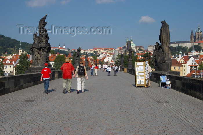 czech428: Tourists on the Charles IV Bridge, Prague, Czech Republic, Europe - photo by H.Olarte - (c) Travel-Images.com - Stock Photography agency - Image Bank