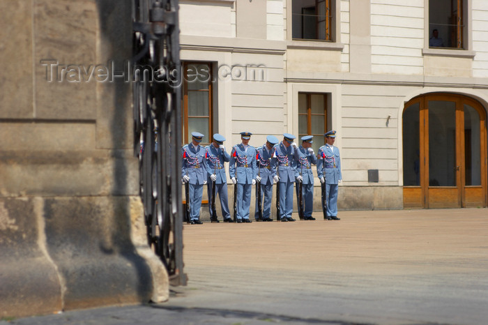 czech436: Change of guard during the high tourism season. Prague Castle, Prague, Czech Republic. - photo by H.Olarte - (c) Travel-Images.com - Stock Photography agency - Image Bank