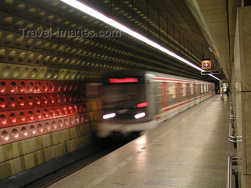 czech468: Prague, Czech Republic: Underground / subway station  - train arrives - photo by J.Kaman - (c) Travel-Images.com - Stock Photography agency - Image Bank