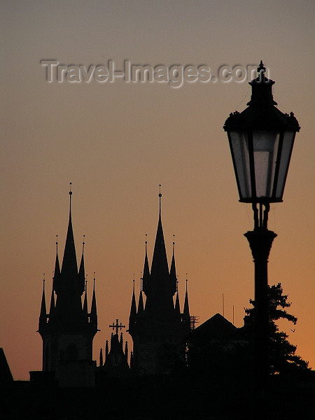 czech473: Prague, Czech Republic: Charles bridge at dawn - silhouette of the Church of Our Lady Before Tyn - photo by J.Kaman - (c) Travel-Images.com - Stock Photography agency - Image Bank