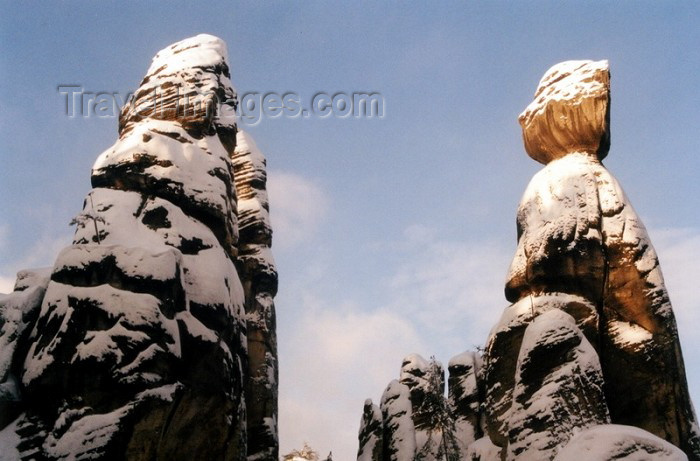 czech71: Czech Republic - Adršpašské rocks  (Eastern Bohemia - Východoceský - Hradec Kralove kraj): winter - twin pinnacles - photo by J.Kaman - (c) Travel-Images.com - Stock Photography agency - Image Bank