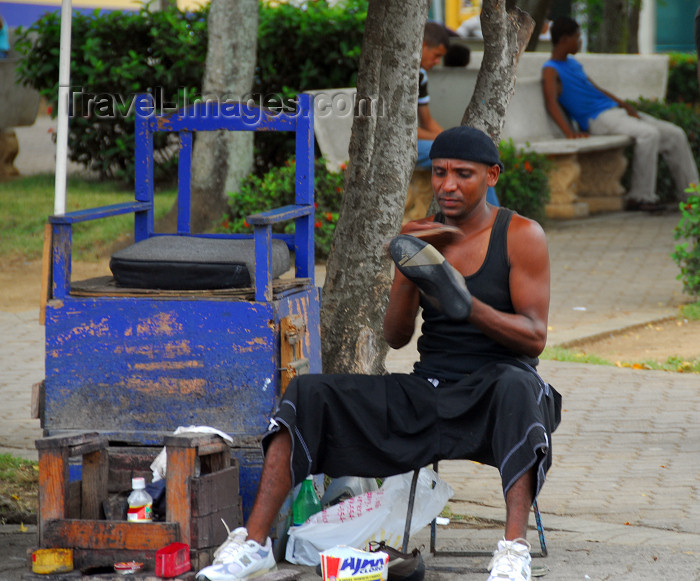dominican131: Higüey, Dominican Republic: shoeshine on the main square - photo by M.Torres - (c) Travel-Images.com - Stock Photography agency - Image Bank