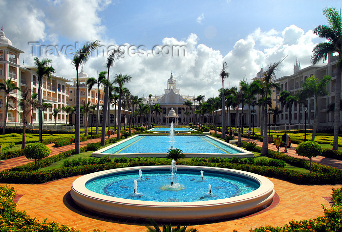 dominican147: Punta Cana, Dominican Republic: Riu Palace Hotel - the alameda - Arena Gorda Beach - photo by M.Torres - (c) Travel-Images.com - Stock Photography agency - Image Bank