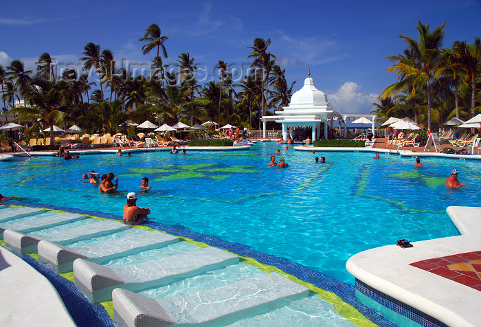 dominican148: Punta Cana, Dominican Republic: Riu Palace Hotel - the alameda - main pool and pool bar - Arena Gorda Beach - photo by M.Torres - (c) Travel-Images.com - Stock Photography agency - Image Bank