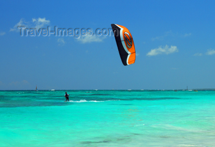 dominican161: Punta Cana, Dominican Republic: kite surfer - Arena Gorda Beach - photo by M.Torres - (c) Travel-Images.com - Stock Photography agency - Image Bank