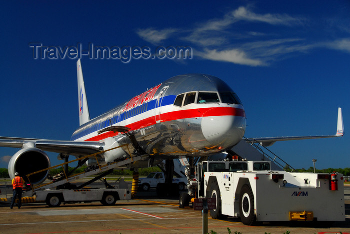 dominican194: Punta Cana, Dominican Republic: American Airlines Boeing 757-223 N689AA and Aircraft Tow Tractor - TUG Technologies Corporation U30 - Punta Cana International Airport - PUJ / MDPC - photo by M.Torres - (c) Travel-Images.com - Stock Photography agency - Image Bank