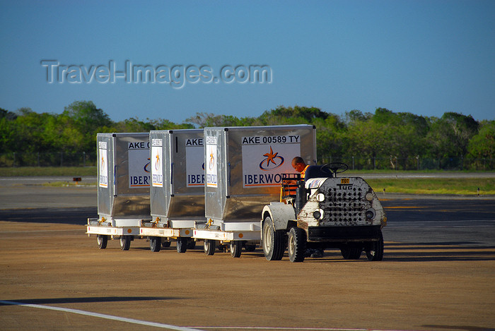 dominican205: Punta Cana, Dominican Republic: cargo containers being towerd - type AKE / LD3 (ULDs) - TUG Technologies Corporation MA Tow Tractor - Punta Cana International Airport - PUJ / MDPC - photo by M.Torres - (c) Travel-Images.com - Stock Photography agency - Image Bank