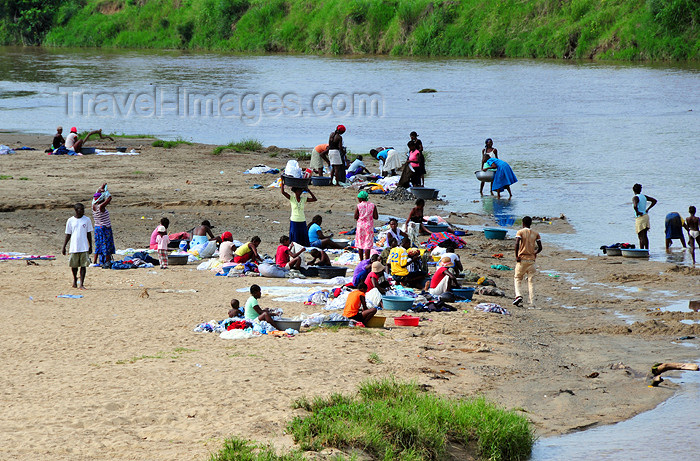 dominican239: Dajabón, Dominican Republic: small beach - laundry in the Massacre river - photo by M.Torres - (c) Travel-Images.com - Stock Photography agency - Image Bank
