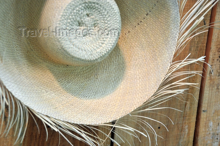 dominican269: El Catey, Samaná province, Dominican republic: wide straw hat - Samaná El Catey International Airport - photo by M.Torres - (c) Travel-Images.com - Stock Photography agency - Image Bank