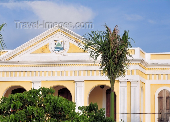 dominican309: Puerto Plata, Dominican republic: pediment of the City Hall - municipal coat of arms, with the initials of Ferdinand and Isabella of Aragon and Castile - Parque Central - Ayuntamiento - escudo de Puerto Plata - photo by M.Torres - (c) Travel-Images.com - Stock Photography agency - Image Bank