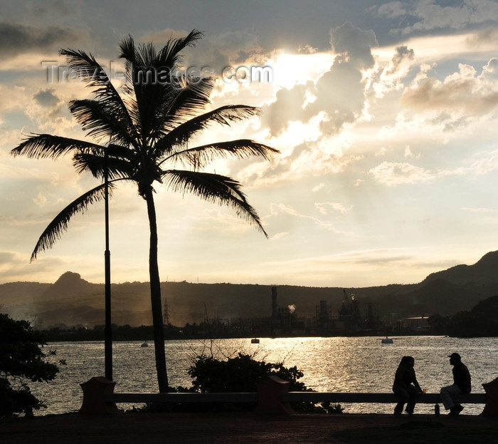 dominican313: Puerto Plata, Dominican republic: couple and coconut tree - silhouettes at sunset - harbour view - La Novia Del Atlantico - photo by M.Torres - (c) Travel-Images.com - Stock Photography agency - Image Bank
