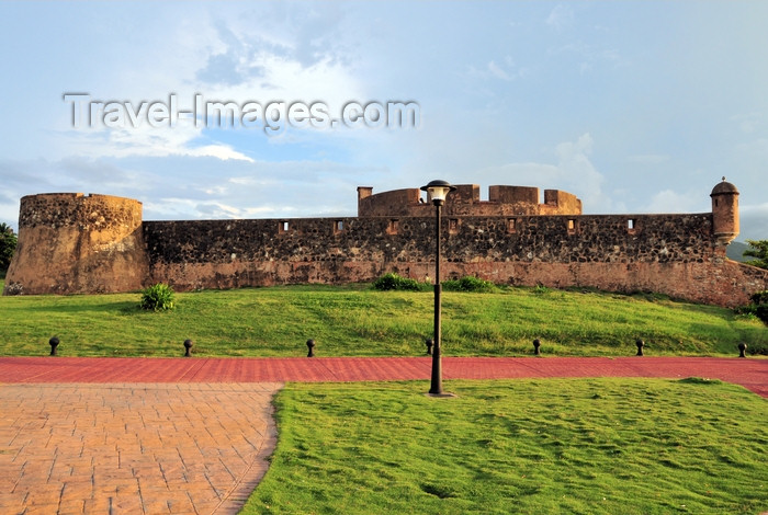 dominican314: Puerto Plata, Dominican republic: San Felipe fort - erected to protect the city from pirates and corsairs - Fortaleza San Felipe - photo by M.Torres - (c) Travel-Images.com - Stock Photography agency - Image Bank