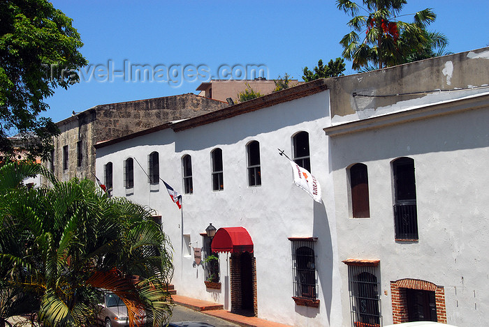 dominican50: Santo Domingo, Dominican Republic: whitewashed colonial façades - town houses - Las ataranzanas - Zona Colonial - photo by M.Torres - (c) Travel-Images.com - Stock Photography agency - Image Bank