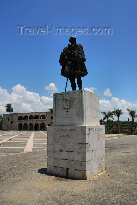 dominican63: Santo Domingo, Dominican Republic: statue of Nicolás de Ovando, governor of Hispaniola 1502  - 1509 - Plaza de España - Alcazar de Colón in the background - photo by M.Torres - (c) Travel-Images.com - Stock Photography agency - Image Bank