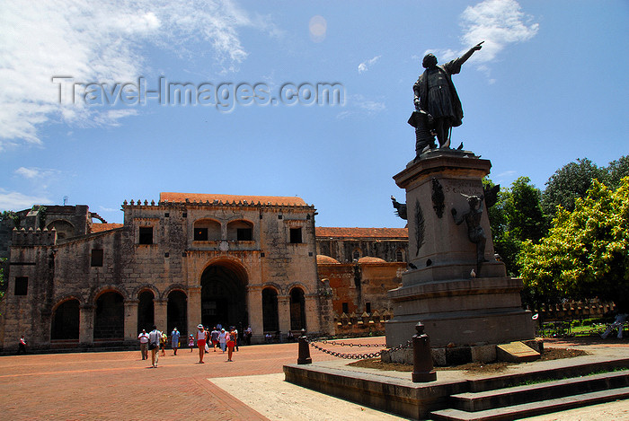 dominican80: Santo Domingo, Dominican Republic: Parque Colón - Columbus' statue and the Catedral Primada de America - Colonial City - photo by M.Torres - (c) Travel-Images.com - Stock Photography agency - Image Bank