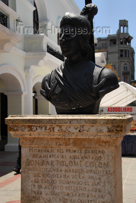 dominican82: Santo Domingo, Dominican Republic: bust of Bartolomé Colón, brother of Christopher Columbus - Calle el Conde, by Palacio Consistorial - photo by M.Torres - (c) Travel-Images.com - Stock Photography agency - Image Bank