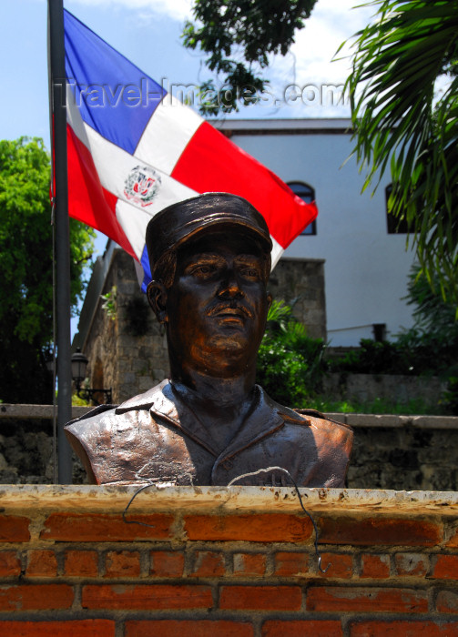 dominican93: Santo Domingo, Dominican Republic: bust and Dominican flag - Malecon - photo by M.Torres - (c) Travel-Images.com - Stock Photography agency - Image Bank