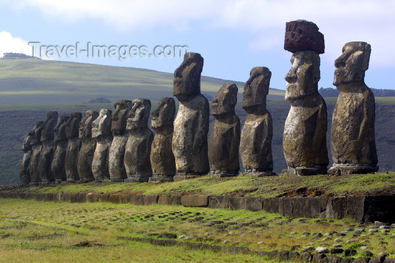 easter4: Easter island / Ilha da Pascoa / Isla de Pascua - Tonguriki: ahu - line of statues -  In the background (to the East) is the extinct volcanic peak of Puakatiri - moais - Unesco world heritage site - photo by Roe Eime - (c) Travel-Images.com - Stock Photography agency - Image Bank