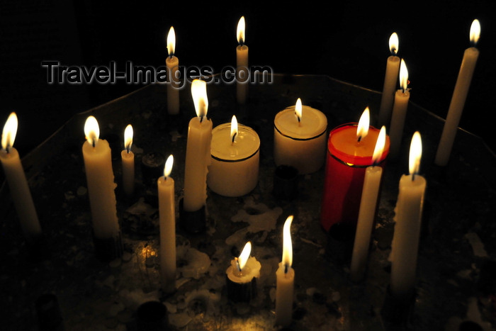 ecuador124: Quito, Ecuador: candles burn at the Basilica of the National Vow - Basílica del Sagrado Voto Nacional - photo by M.Torres - (c) Travel-Images.com - Stock Photography agency - Image Bank
