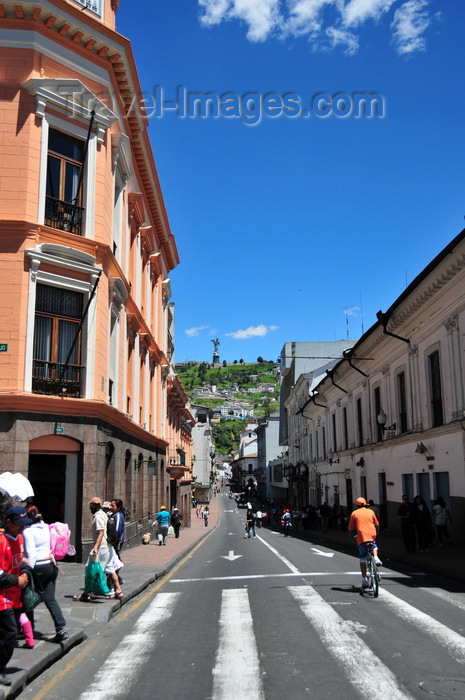 ecuador141: Quito, Ecuador: Calle Venezuela - pedestrian crossing to Plaza Grande, corner of Calle Eugenio Espejo - El Panecillo hill in the background - photo by M.Torres - (c) Travel-Images.com - Stock Photography agency - Image Bank