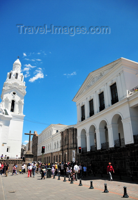 ecuador88: Quito, Ecuador: Plaza Grande / Plaza de la Independencia - Independence Square - view along Calle Gabriel García Moreno - left to right: Metropolitan Cathedral, Metropolitan Cultural Center (old Universidad Central) and Carondelet Palace - photo by M.Torres - (c) Travel-Images.com - Stock Photography agency - Image Bank