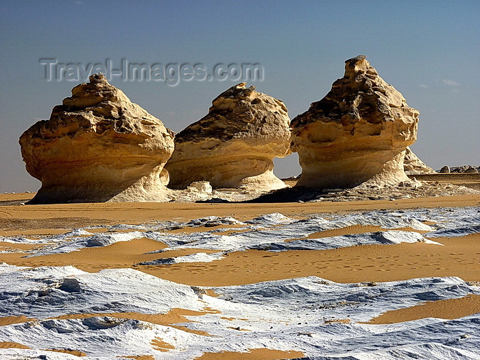 egypt254: White Desert National Park / Sahara el Beyda, New Valley Governorate, Egypt: limestone and chalk rock formations sculpted by sandstorms - wind erosion - photo by J.Kaman - (c) Travel-Images.com - Stock Photography agency - Image Bank