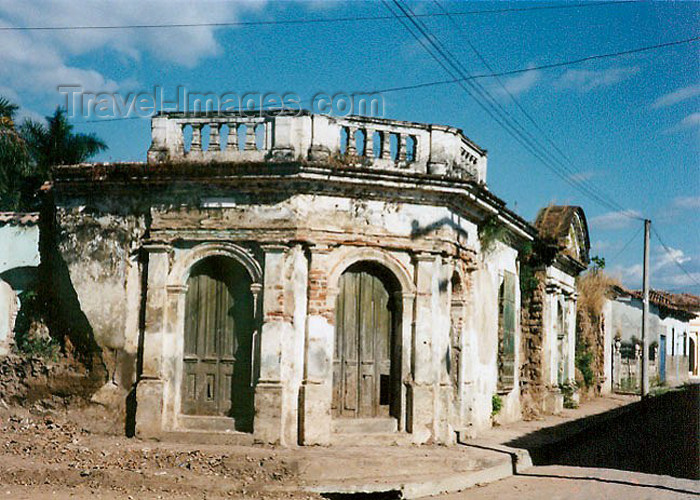 el-salvador10: El Salvador - Ilobasco: colonial building - street corner - ruins - photo by G.Frysinger - (c) Travel-Images.com - Stock Photography agency - Image Bank