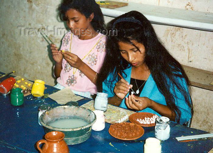 el-salvador12: El Salvador - Ilobasco: girls painting small clay souvenirs - photo by G.Frysinger - (c) Travel-Images.com - Stock Photography agency - Image Bank