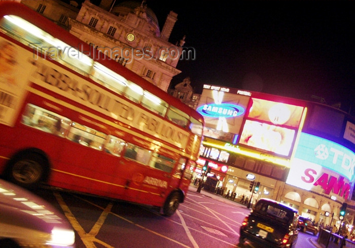england158: London: Piccadilly circus - Routemaster bus at night - photo by K.White - (c) Travel-Images.com - Stock Photography agency - Image Bank