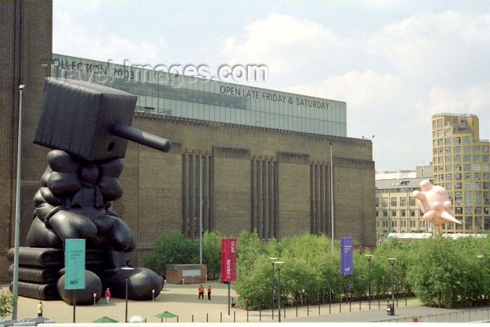 england250: London: Paul McCarthy's Blockhead outside Tate Modern - Museum - Bankside, Southwark - photo by M.Bergsma - (c) Travel-Images.com - Stock Photography agency - Image Bank