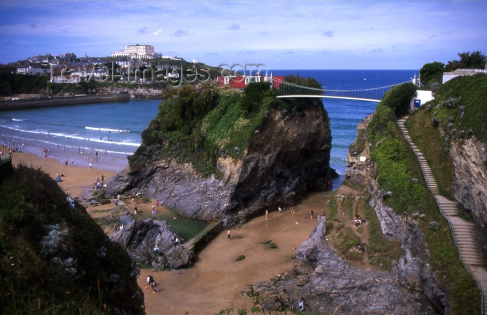 england291: England - Newquay - Cornwall: Great western beach - suspension bridge (photo by  T.Brown) - (c) Travel-Images.com - Stock Photography agency - Image Bank