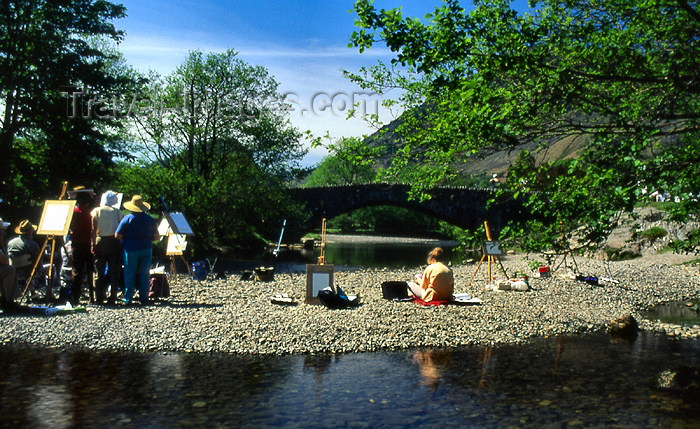 england312: England (UK) - Grange - Borrowdale - Lake District: artist painting the double arched bridge of 1675 that crosses the Derwent River (photo by T.Brown) - (c) Travel-Images.com - Stock Photography agency - Image Bank