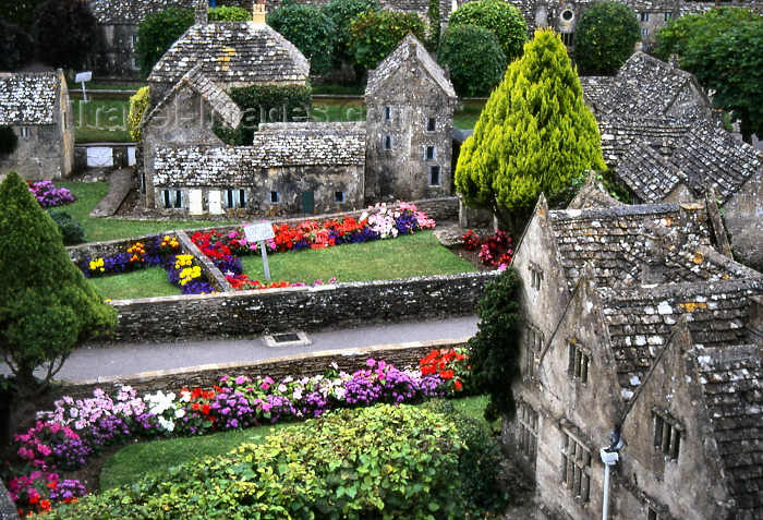 england330: England (UK) - Bourton-on-the-Water (Gloucestershire): miniature village - Cotswolds - Cottswalds - photo by T.Brown - (c) Travel-Images.com - Stock Photography agency - Image Bank