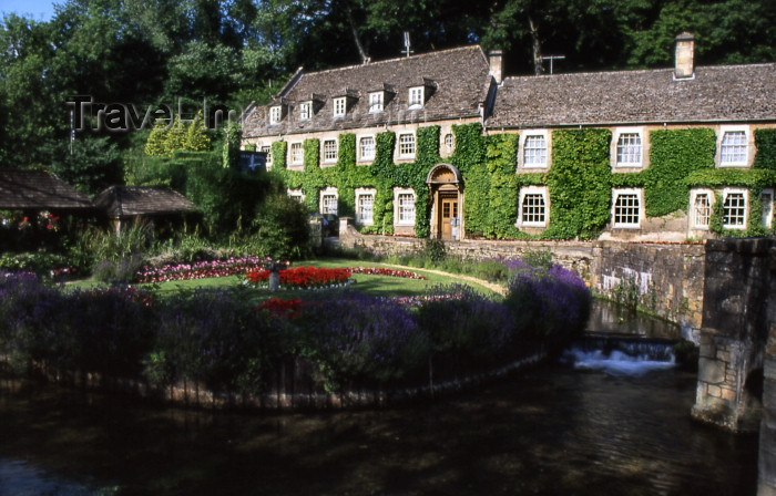 england341: England (UK) - Bibury (Gloucestershire): green façades - photo by T.Brown - (c) Travel-Images.com - Stock Photography agency - Image Bank