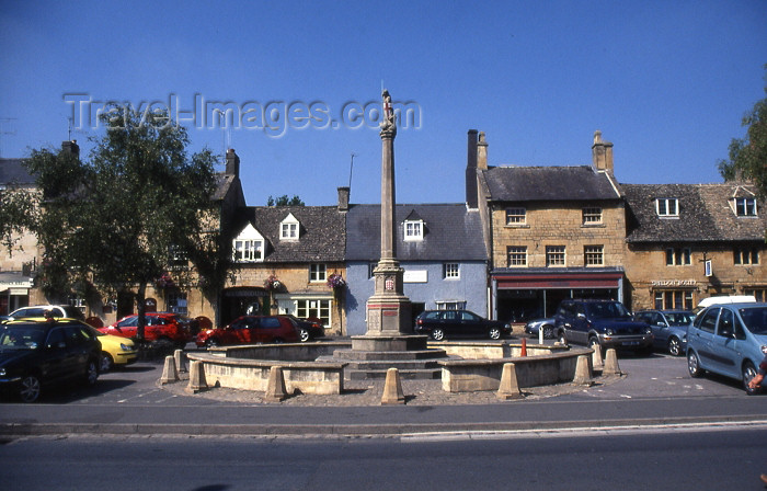 england342: Moreton-in-Marsh, Cotswold, Gloucestershire, England (UK): Moreton in Marsh and Batsford War Memorial - St. George and the Dragon - High Street and Market Square - photo by T.Brown - (c) Travel-Images.com - Stock Photography agency - Image Bank