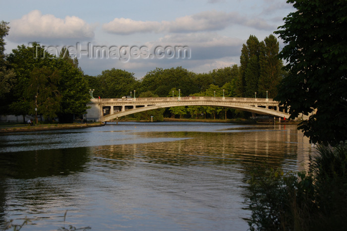 england350: England (UK) - Reading - Berkshire: Bridge and the Thames - photo by T.Marshall - (c) Travel-Images.com - Stock Photography agency - Image Bank