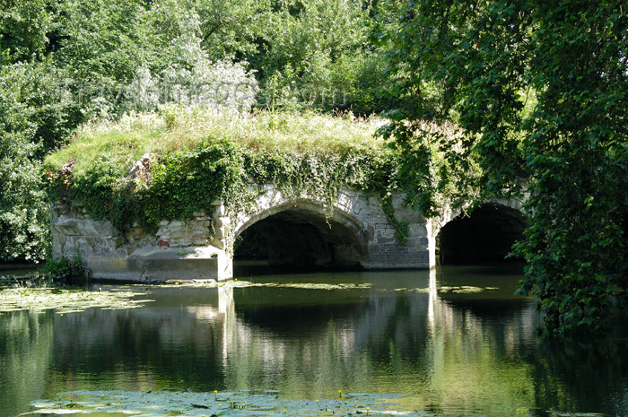 england388: Warwick, Warwickshire, West Midlands, England: castle - river Avon - bridge ruins - photo by F.Hoskin - (c) Travel-Images.com - Stock Photography agency - Image Bank