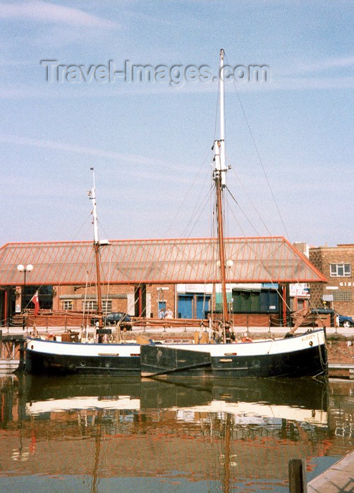 england40: England (UK) - Kingston-upon-Hull (Humberside): ancient boats - photo by M.Torres - (c) Travel-Images.com - Stock Photography agency - Image Bank