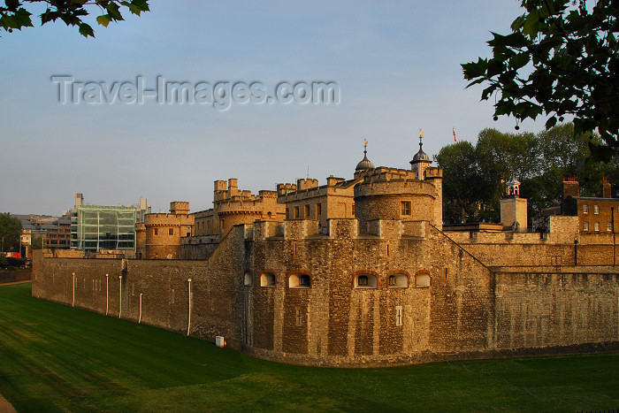 england457: London: Tower of London -  - the Battlements and the moat - UNESCO World Heritage Site - photo by M.Torres - (c) Travel-Images.com - Stock Photography agency - Image Bank