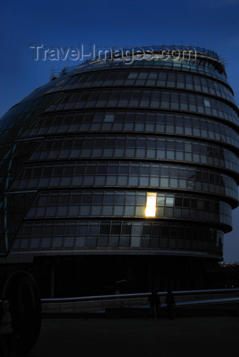 england468: London:  the City Hall - Leaning Tower of Pizzas or Fosters Nutsack - headquarters of the Greater London Authority and the Mayor of London - designed by Norman Foster - south bank - photo by M.Torres / Travel-Images.com - (c) Travel-Images.com - Stock Photography agency - Image Bank