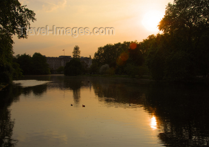 england474: London: St James park - pond and Buckingham palace - photo by Miguel Torres - (c) Travel-Images.com - Stock Photography agency - Image Bank