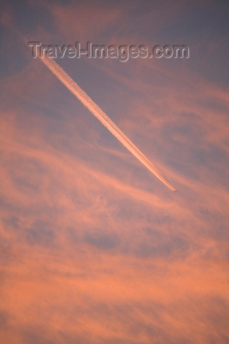 england572: Durdle door, Dorset, England: airplane trail in morning sky - photo by I.Middleton - (c) Travel-Images.com - Stock Photography agency - Image Bank
