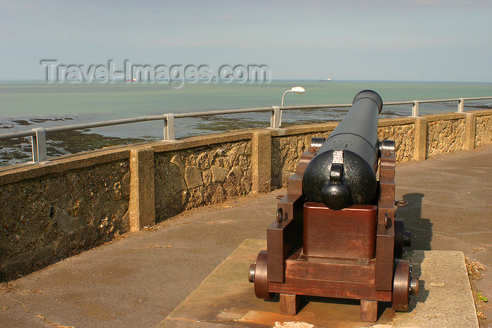 england637: Margate, Kent, South East England: old cannon and Margate Bay - photo by I.Middleton - (c) Travel-Images.com - Stock Photography agency - Image Bank