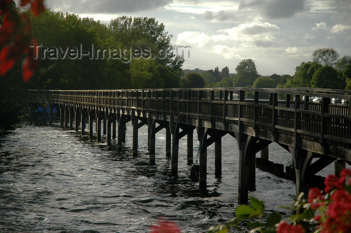 england645: Henley-on-Thames, Oxfordshire, South East England: walkways to the Marsh Lock - photo by T.Marshall - (c) Travel-Images.com - Stock Photography agency - Image Bank