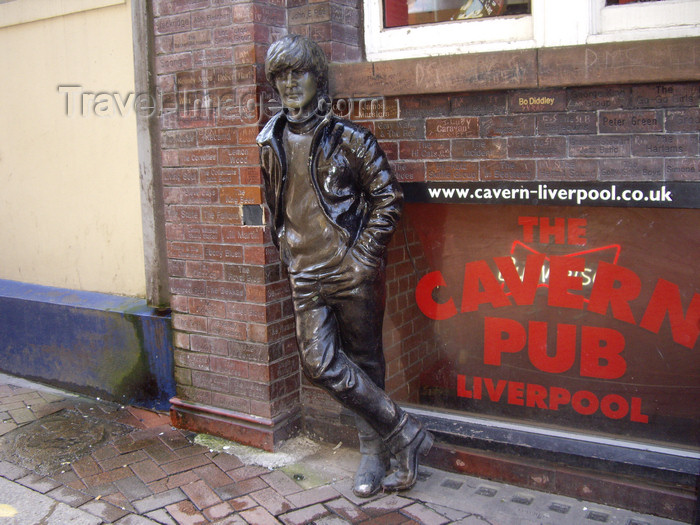 england747: Liverpool, Merseyside, North West England, UK: statue of John Lennon outside the Cavern Pub - Mathew Street - photo by T.Brown - (c) Travel-Images.com - Stock Photography agency - Image Bank