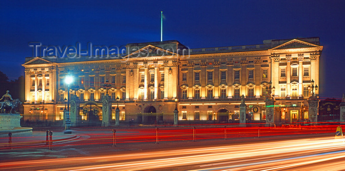england775: London, England: Buckingham Palace at night - the Queen's official residence - facade by Sir Aston Webb - photo by A.Bartel - (c) Travel-Images.com - Stock Photography agency - Image Bank